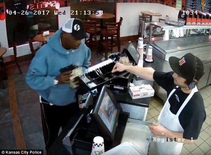 بالفيديو. أغرب عملية سرقة : لص جريء وموظف بارد جدا